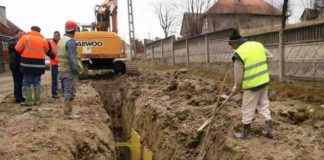 Lucări de extindere a rețelei de canalizare pe o stradă din Ploiești Locatarii de pe strada Cozia din Ploiești vor fi racordați, în sfârșit, la sistemul de nalizare.Primăria Municipiului Ploiești demarează, începând din data de 9 iulie 2018, lucrări în ceea ce pirvește extinderea rețelei de canalizare.